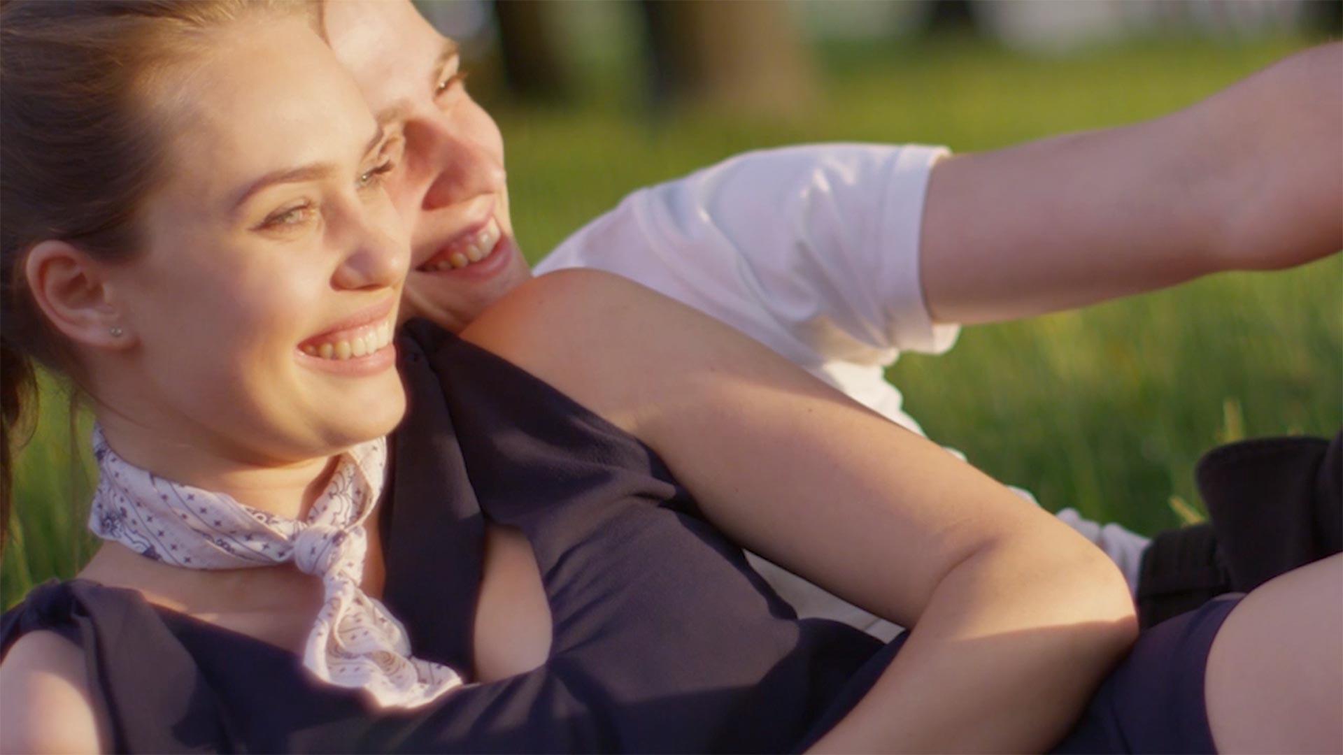Para wypoczywająca na trawie - zdjęcie